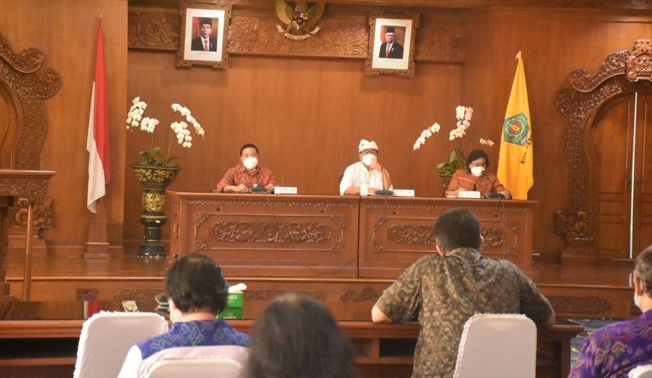 RAPAT persiapan pelaksanaan vaksinasi Covid-19 kepada rohaniwan, bendesa, lansia, seniman dan budayawan serangkaian kunjungan Presiden Joko Widodo ke Bali. Foto: ist