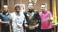 I Wayan Manis (pakai topi) didampingi anaknya saat bertemu dengan Wakil Ketua DPRD Badung Wayan Suyasa (dua dari kanan). Foto: ist