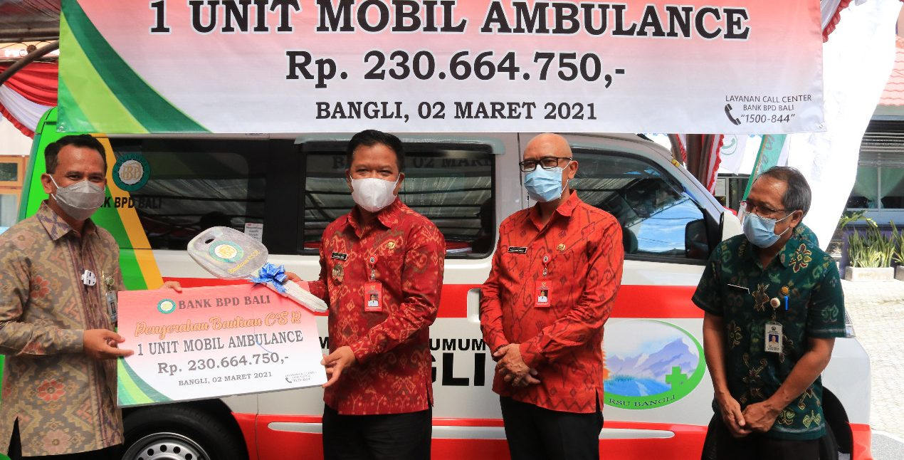 BUPATI Bangli, Sang Nyoman Sedana Arta, menerima bantuan satu mobil ambulans dari CSR Bank BPD Bali yang diserahkan Dirut BPD Bali, Nyoman Sudarma, Selasa (2/3/2021). Foto: ist