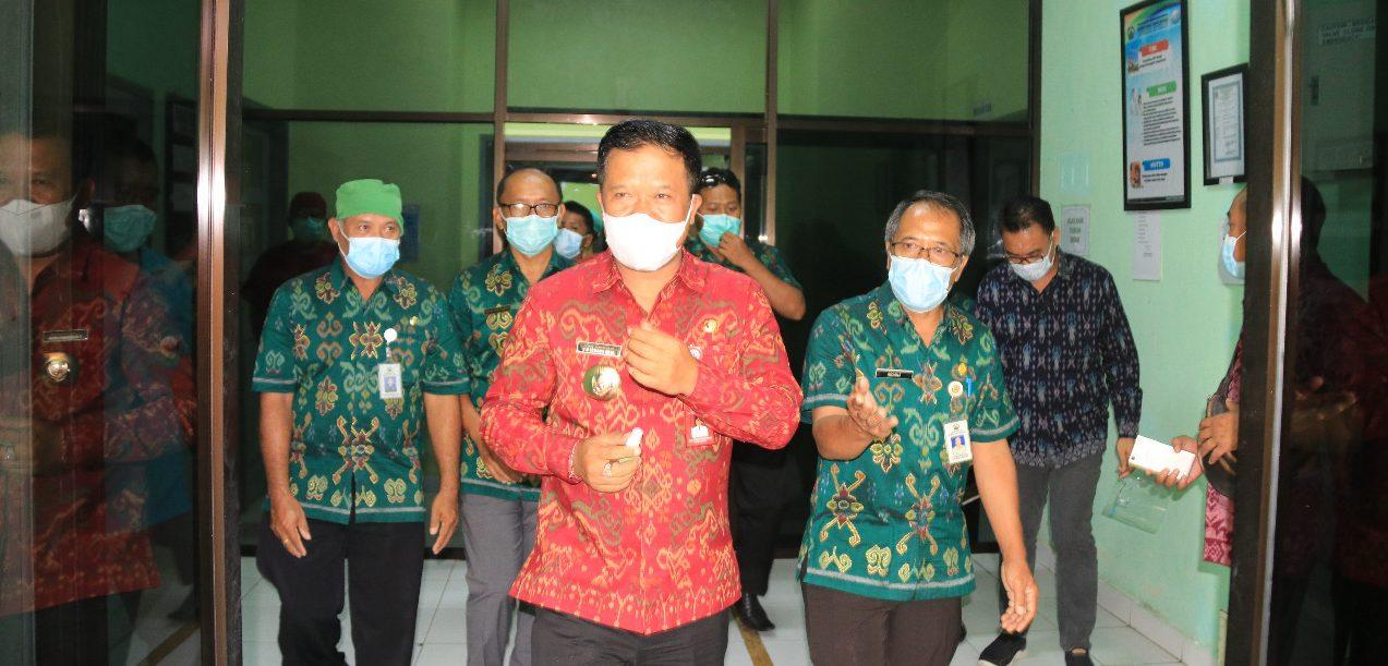 BUPATI Sang Nyoman Sedana Arta meninjau RSU Bangli. Bupati dan Wakil Bupati I Wayan Diar akan berkantor di RSU Bangli selama enam bulan mendatang secara bergantian. Foto: ist