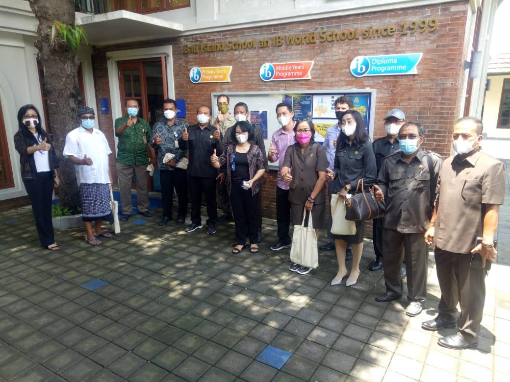 JAJARAN Komisi IV DPRD Kota Denpasar bersama Dinas Pendidikan Kepemudaan dan Olahraga (Disdikpora) Kota Denpasar saat mengunjungi Bali Island School (BIS) di Sanur, Jumat (26/3/2021). Foto: tra