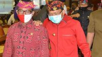 COKORDA Gede Agung (kiri) saat menemani Gubernur Wayan Koster usai rapat paripurna DPRD Bali, beberapa waktu lalu. Foto: ist