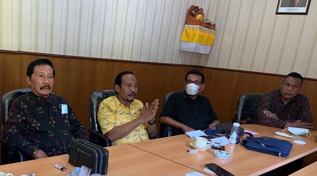DEWA Suamba Negara (baju kuning), Kamis (29/3/2021) memaparkan persiapan webinar membahas revisi UU Nomor 33/2004 tentang Perimbangan Keuangan Pusat dan Daerah yang akan digelar DPD Partai Golkar Bali, Jumat (2/4/2021).