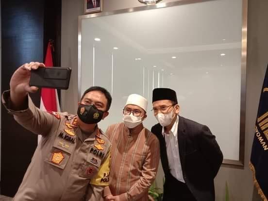 KAPOLDA NTB, Irjen Muhammad Iqbal; saat berswafoto dengan TGB Muhammad Zainul Majdi alias Tuan Guru Bajang (TGB) dan RTGB M. Zainuddin Atsani usai pertemuan yang menghasilkan kesepakatan dua NW, Selasa (23/3/2021). Foto: rul
