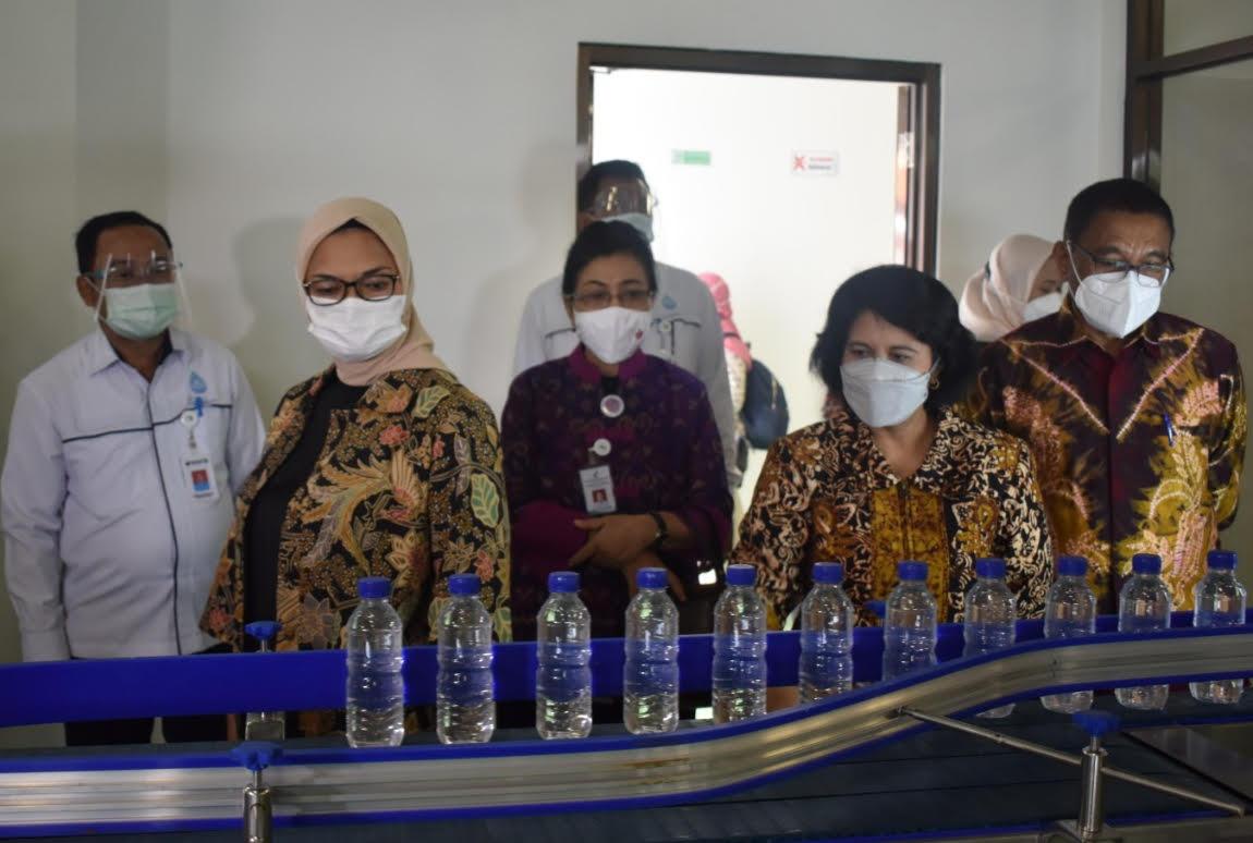 KEPALA BPOM RI, Penny K Lukito, saat mengunjungi pabrik AMDK Gianyar. Foto: ist