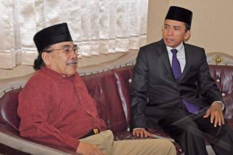 LALU Serinata (kiri) saat berdiskusi dengan mantan Gubernur, TGH Muhammad Zainul Majdi alias TGB, beberapa waktu lalu. Foto: rul