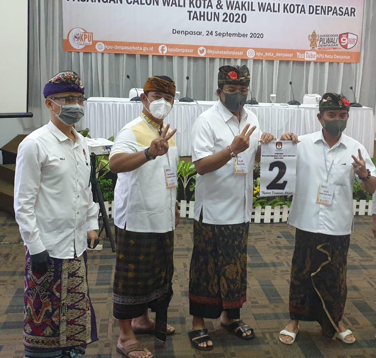 MARIYANA Wandhira (dua kiri) saat tahapan pengundian nomor urut Pilkada Denpasar 2020. Dia menanti komitmen IGN Jaya Negara bukan hanya sebatas petugas partai, tapi Wali Kota Denpasar untuk seluruh warganya. Foto: hen
