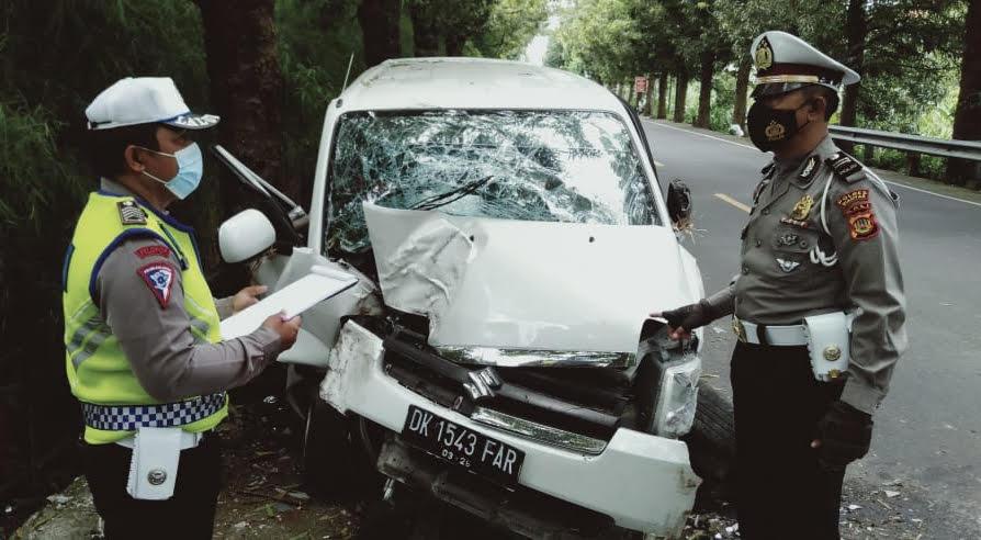 POLISI melakukan olah TKP mobil Suzuki APV yang menabrak pohon perindang. Foto: ist