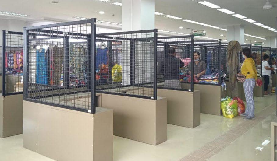 PEDAGANG menata dagangan di Pasar Seni Sukawati yang baru. Foto: adi