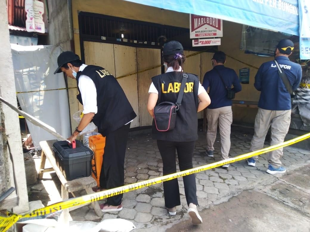 TIM Labfor Polda Bali melakukan olah TKP di lokasi penemuan mayat di wilayah Kelurahan Penarukan, Buleleng. Foto: rik