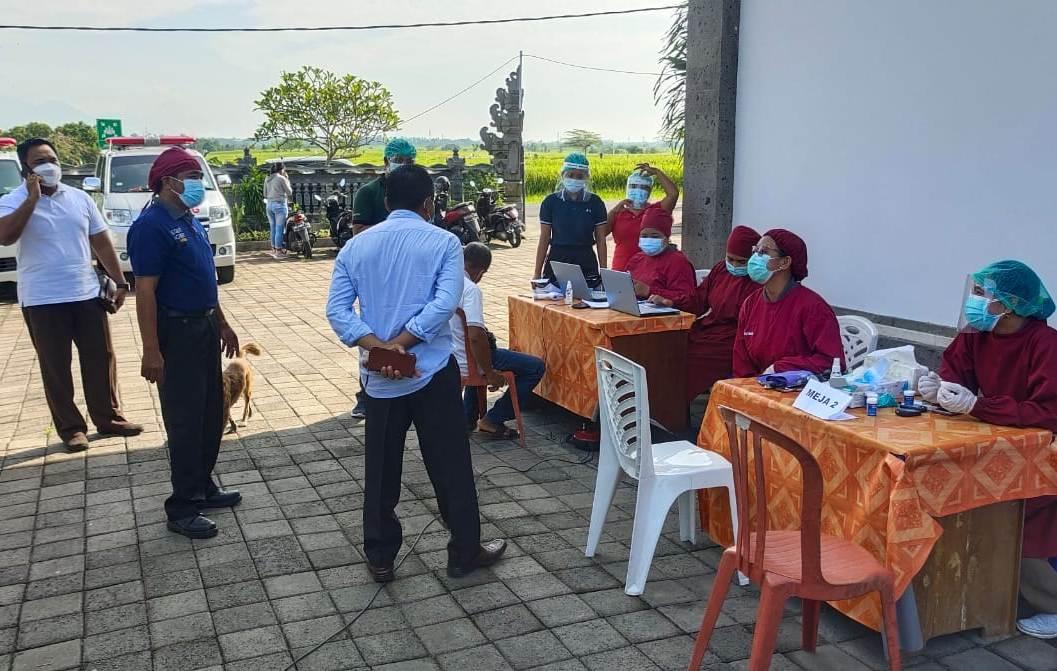 KEGIATAN vaksinasi Covid-19 di Tabanan mulai menyebar hingga ke pelosok desa, Rabu (3/3), dengan sasaran para pelayan publik seperti aparat desa. Foto: gap