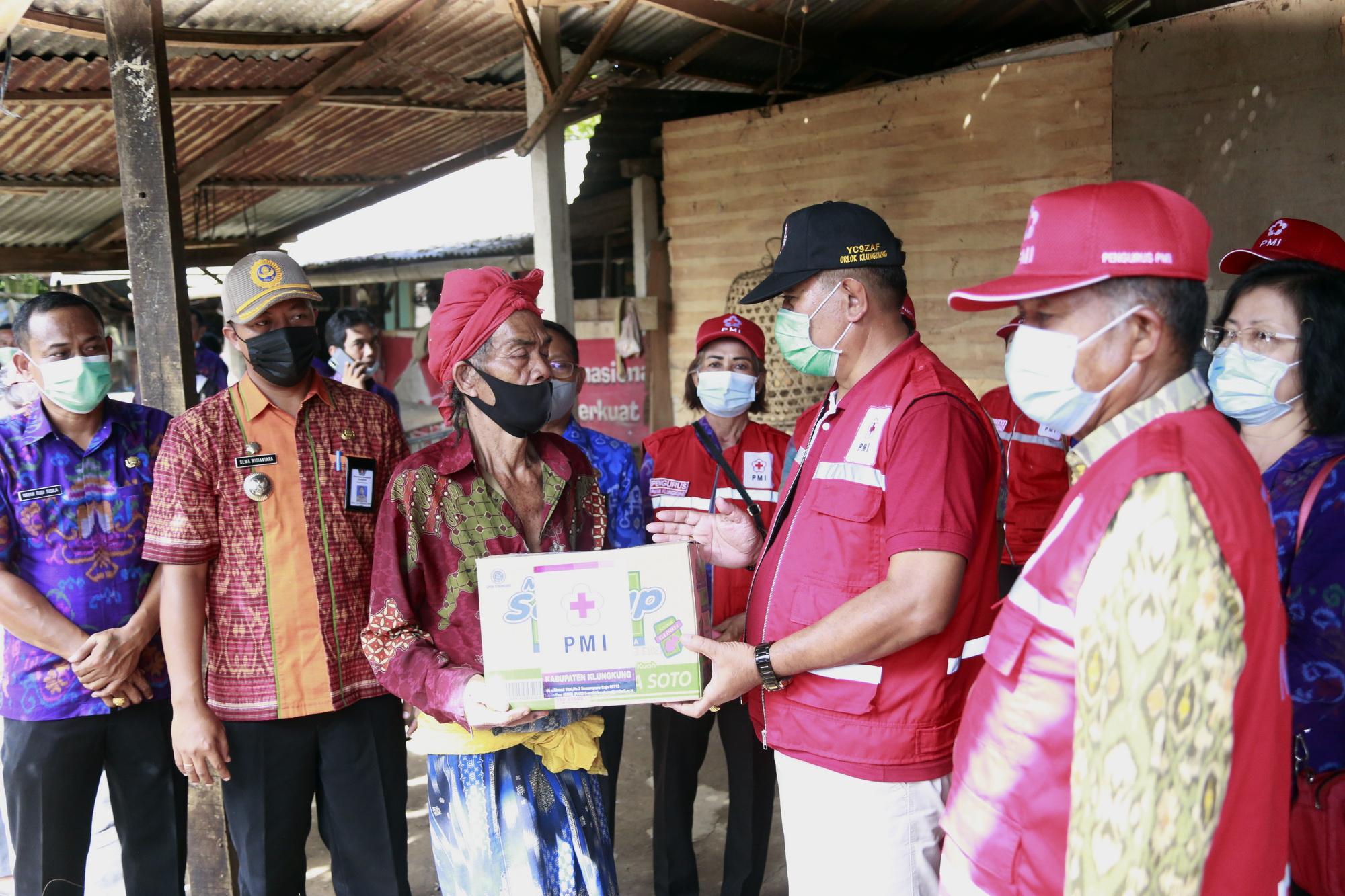 WABUP Kasta bersama PMI Cabang Klungkung menyerahkan bantuan paket sembako di Kecamatan Dawan, Selasa (2/3/2021). Foto: ist