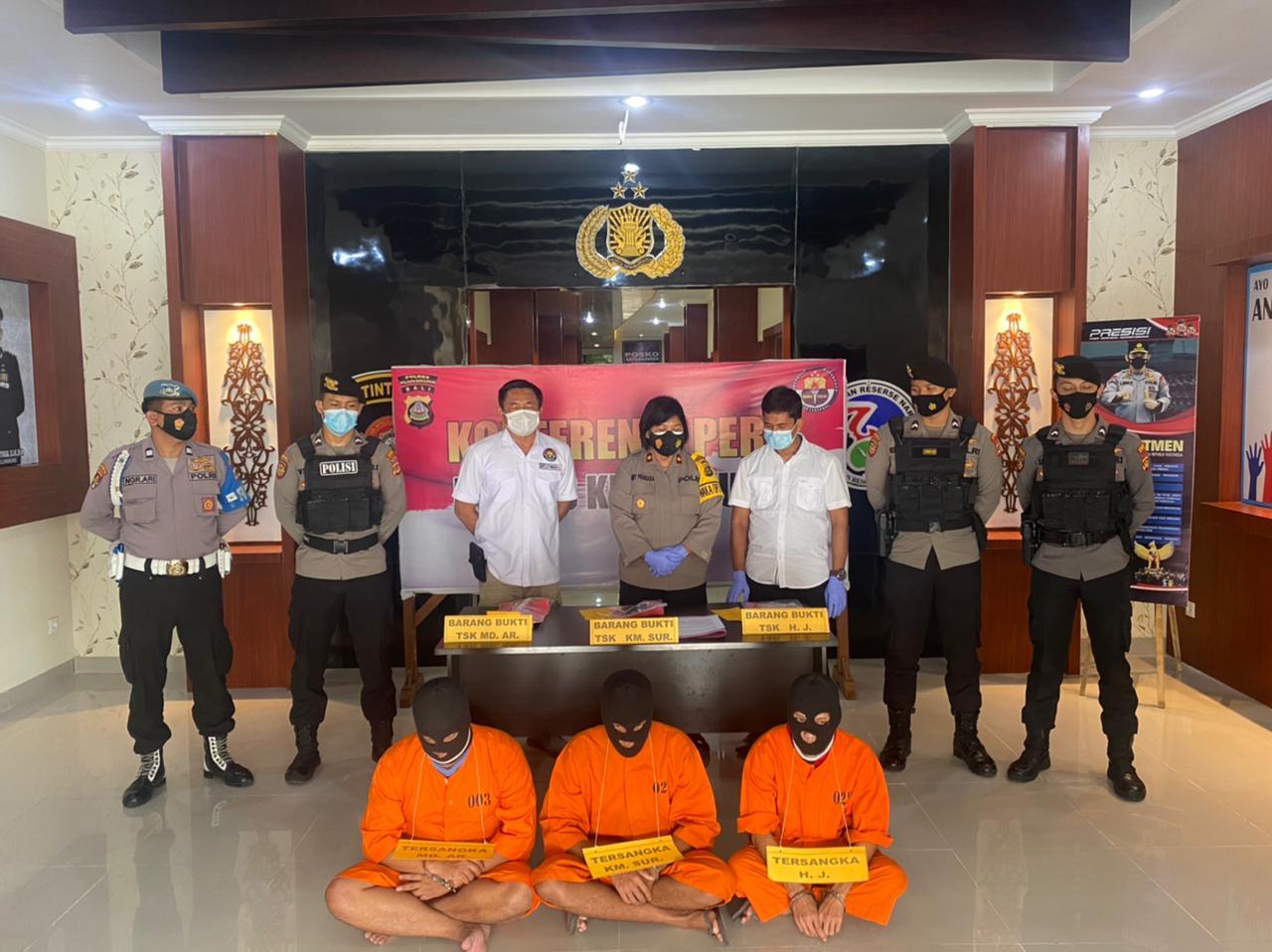WAKAPOLRES Klungkung, Kompol Luh Ketut Amy Ramayathi Prakasa, saat menggelar press release penangkapan tiga tersangka kasus narkoba, Senin (1/3/2021). Foto: ist