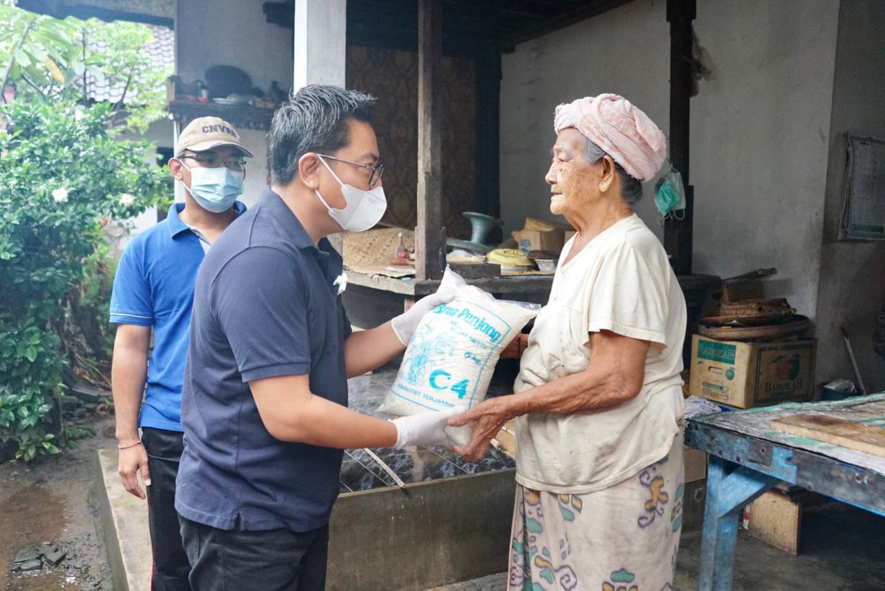 WAKIL Wali Kota Denpasar, Arya Wibawa, saat menyerahkan sembako kepada penyandang lansia di Kelurahan Ubung, Jumat (5/3/2021). Foto: ist