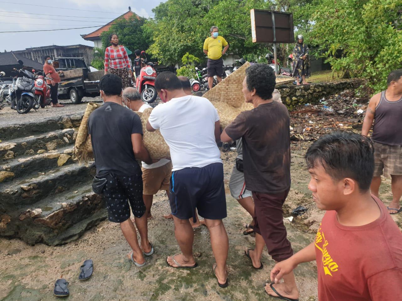 WARGA saat mengevakuasi jasad Made Sudena (46) warga Banjar Mumbul, yang ditemukan tewas terapung di kawasan Teluk Benoa Lingkungan Mumbul (loloan Mumbul), Selasa (9/3/2021). Foto: ist