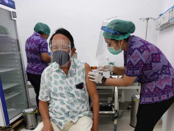 PELAKSANAAN vaksinasi bagi lansia di Kota Denpasar. Foto: ist