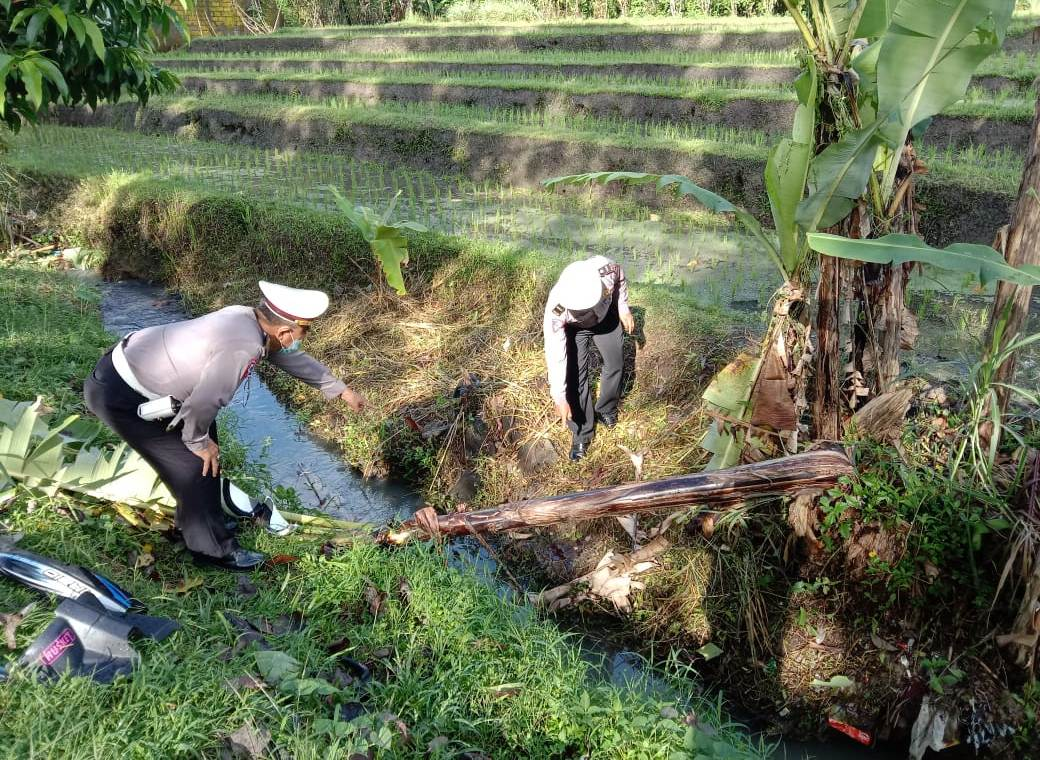 PENGENDARA sepeda motor Honda Vario nopol DK 5082 OQ jatuh dan tewas setelah menabrak pohon cempaka di pinggir jalan jurusan Tabanan-Penebel, Banjar Buruan Kelod, Desa Buruan, Kecamatan Penebel, Selasa (30/3/2021). Foto: ist