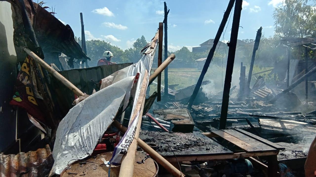 RUMAH bedeng milik Sutoyo hangus terbakar. Penyebab kebakaran sementara diduga karena obat bakar nyamuk. Foto: ist