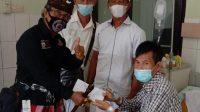 JAGABAYA Dulang Mangap membantu Merjuna Sinamo asal Sumatra Utara yang tengah dirawat di RSUD Buleleng dalam keadaan tanpa sanak saudara sama sekali. Foto: ist