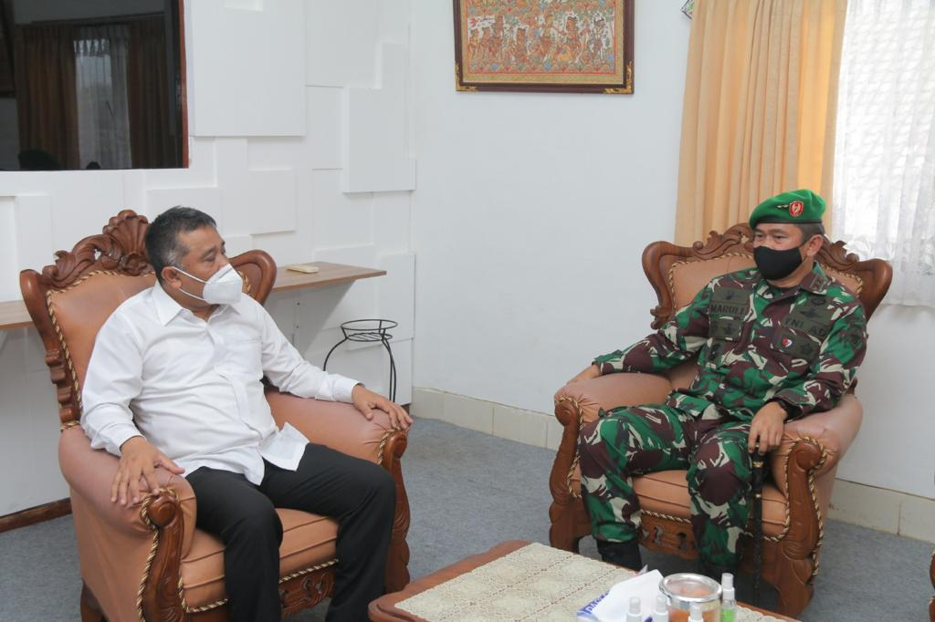 LIDARTAWAN bersama Pangdam IX/Udayana, Mayjen TNI Maruli Simanjuntak, yang audiensi ke KPU Bali menjelang Pilkada 2020 lalu. Foto: hen