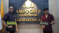 KEPALA SMP PGRI 8 Denpasar, I Ketut Gede Adi Trisna Sugara, bersama Jun Bintang di sela-sela peluncuran Griasta Perpustakaan Daring. Foto: ist