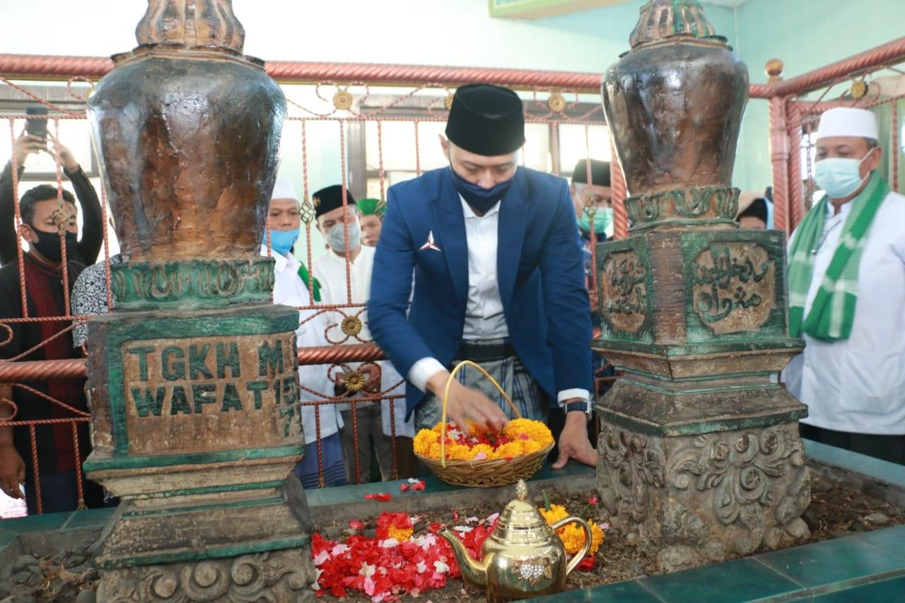 KETUA Umum Partai Demokrat, Agus Harimurti Yudhoyono (AHY), menabur bunga di pusaran makam TGH Saleh Hambali, Kamis (29/4/2021). Foto: rul