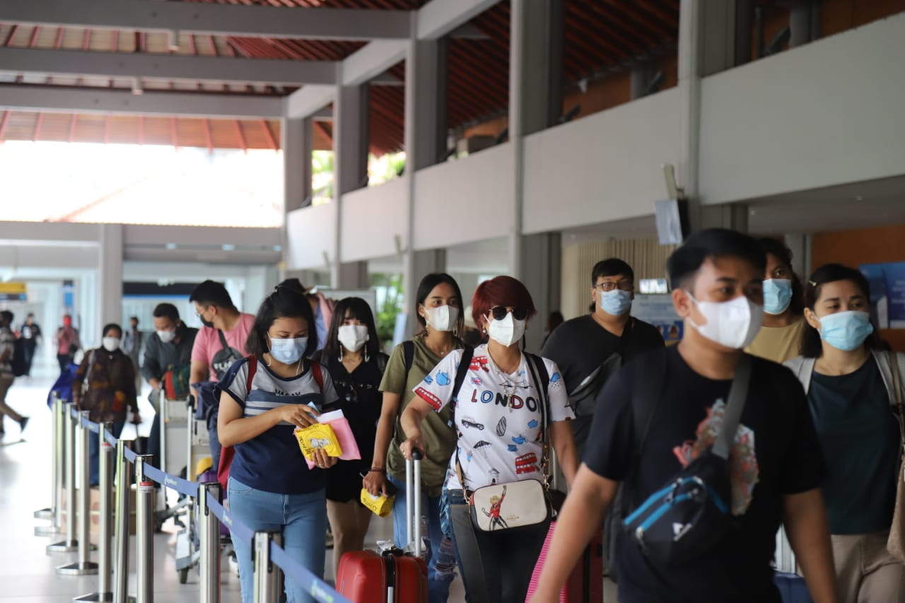PARA penumpang baru turun dari pesawat di Bandara I Gusti Ngurah Rai, beberapa waktu lalu. Untuk memberi jaminan keselamatan selama melancong di Bali pada masa pandemi, legislator DPRD Bali mengusulkan agar dikenakan biaya asuransi bagi turis mancanegara yang melancong ke Bali. Foto: gay