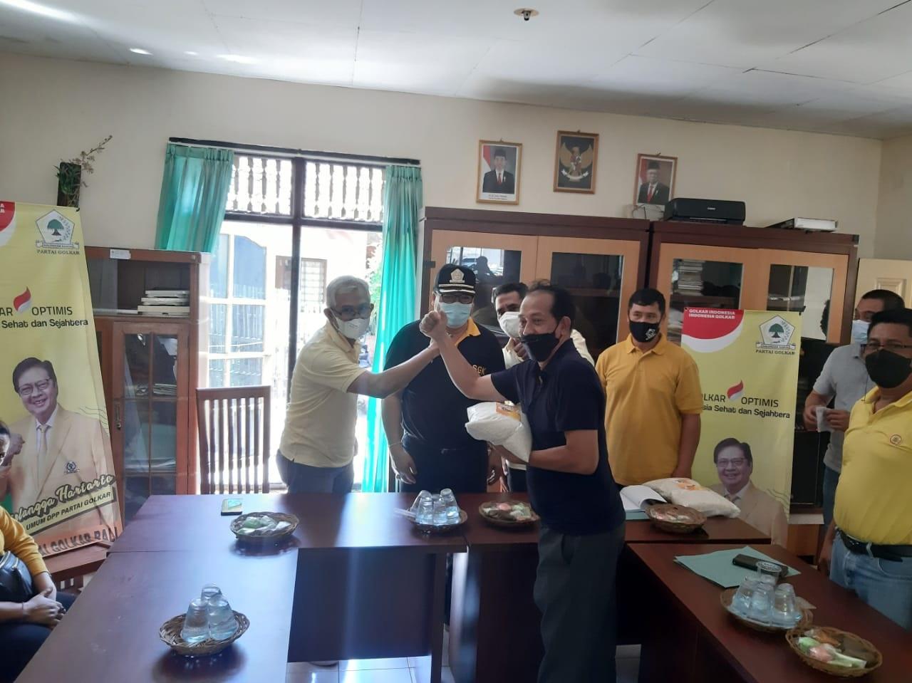 SUGAWA Korry didampingi IGK Kresna Budi, Minggu (25/4/2021) menyerahkan bantuan sembako untuk warga Kelurahan Kampung Anyar dan Kaliuntu, Singaraja yang menjadi korban bencana banjir beberapa waktu lalu. Foto: ist
