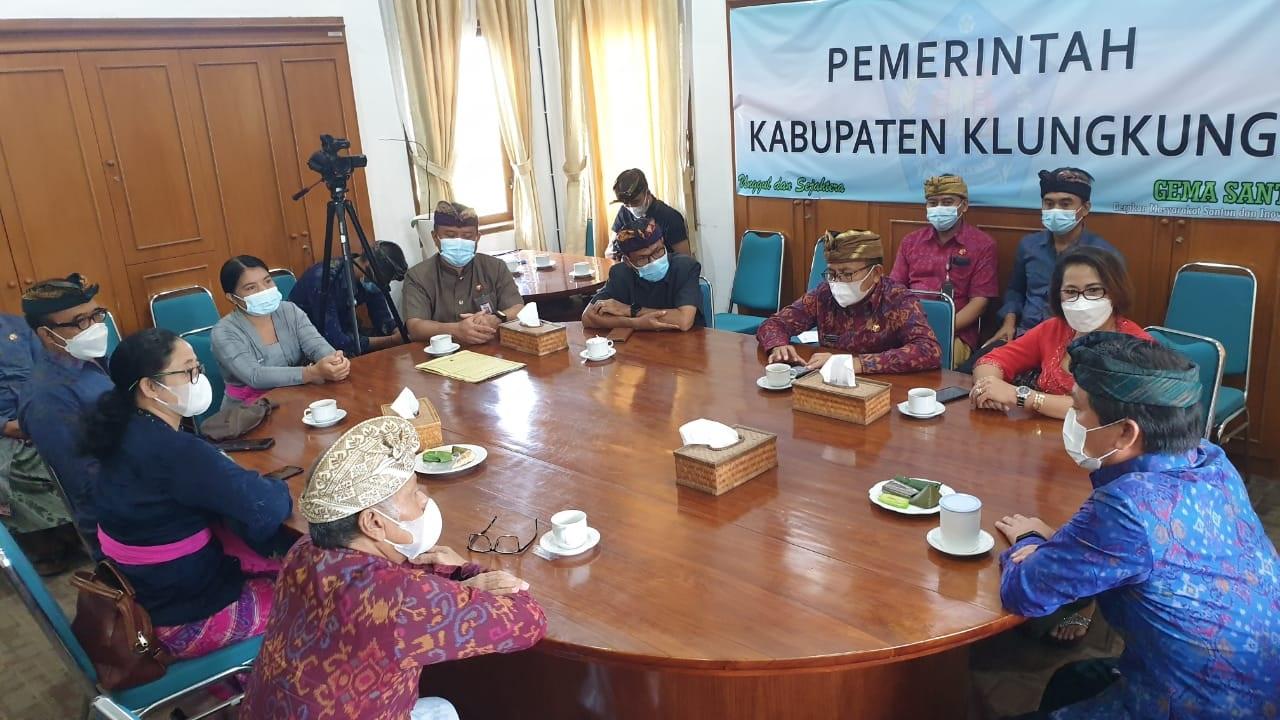 BUPATI Suwirta (kanan) saat menerima audiensi Bawaslu Bali dan Bawaslu Klungkung di ruang kerjanya, Kamis (29/4/2021). Dia mengajak Bawaslu memberi pendidikan politik ke publik untuk mengikis pragmatisme masyarakat dalam hajatan pesta demokrasi. Foto: ist