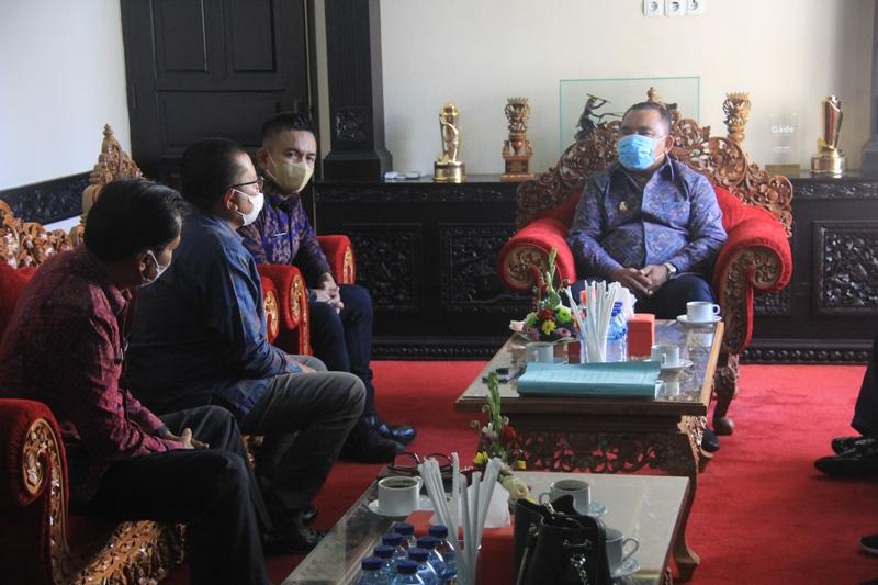 KOMISIONER Bawaslu Bali berkunjung ke Bupati Jembrana, I Nengah Tamba, Selasa (20/4/2021). Foto: ist