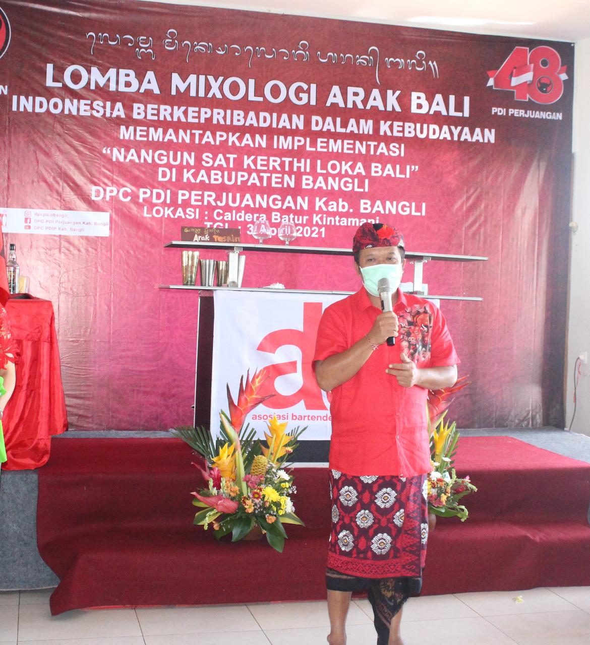 BUPATI Bangli, Sang Nyoman Sedana Arta, saat membuka mixologi arak bali, Sabtu (3/4/2021). Foto: ist