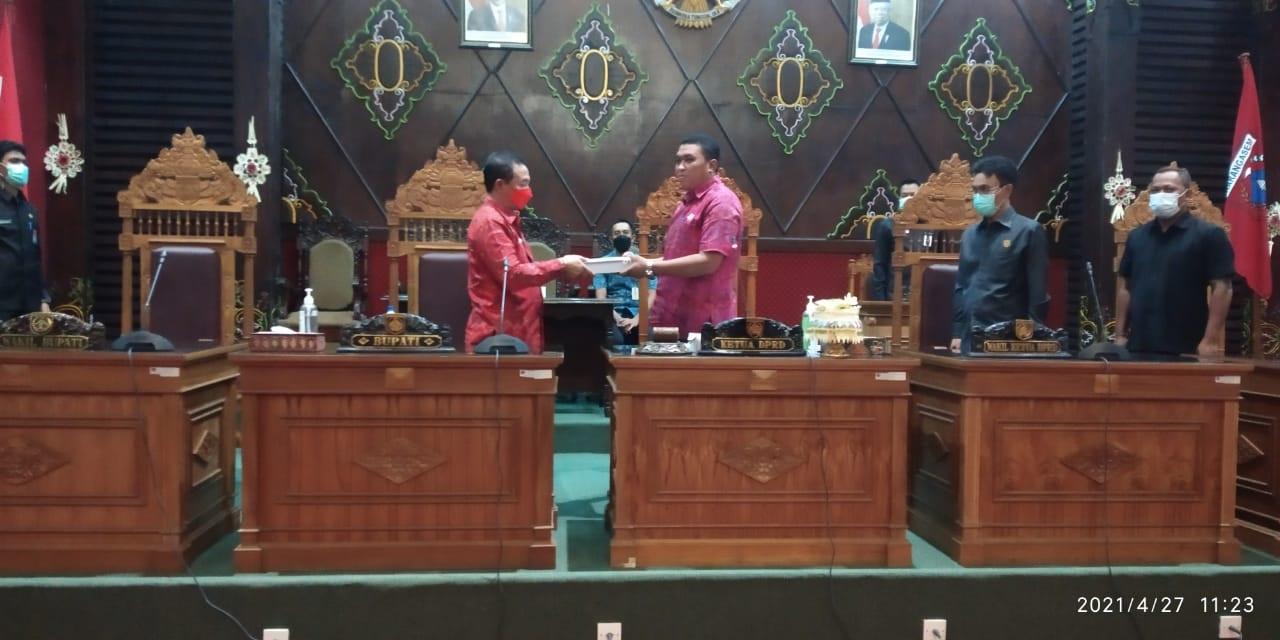 BUPATI I Gede Dana menyerahkan rancangan awal RPJMD Semesta Berencana Kabupaten Karangasem Tahun 2021-2026 pada rapat paripurna, Selasa (27/4/2021). Foto: ist
