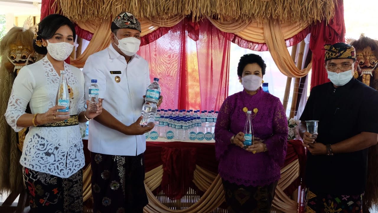"BUPATI Gianyar, Made Mahayastra, luncurkan Produk AMDK ""Be Gianyar Mineral Water"". Foto: ist"