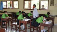 BUPATI Karangasem, Gede Dana, memantau kegiatan belajar-mengajar di SMK Giri Pandawa di Kecamatan Rendang, Rabu (28/4/2021). Foto: ist