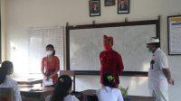 BUPATI Karangasem, I Gede Dana, meninjau pelaksanaan PTM ke sejumlah sekolah, Senin (26/4/2021). Foto: ist