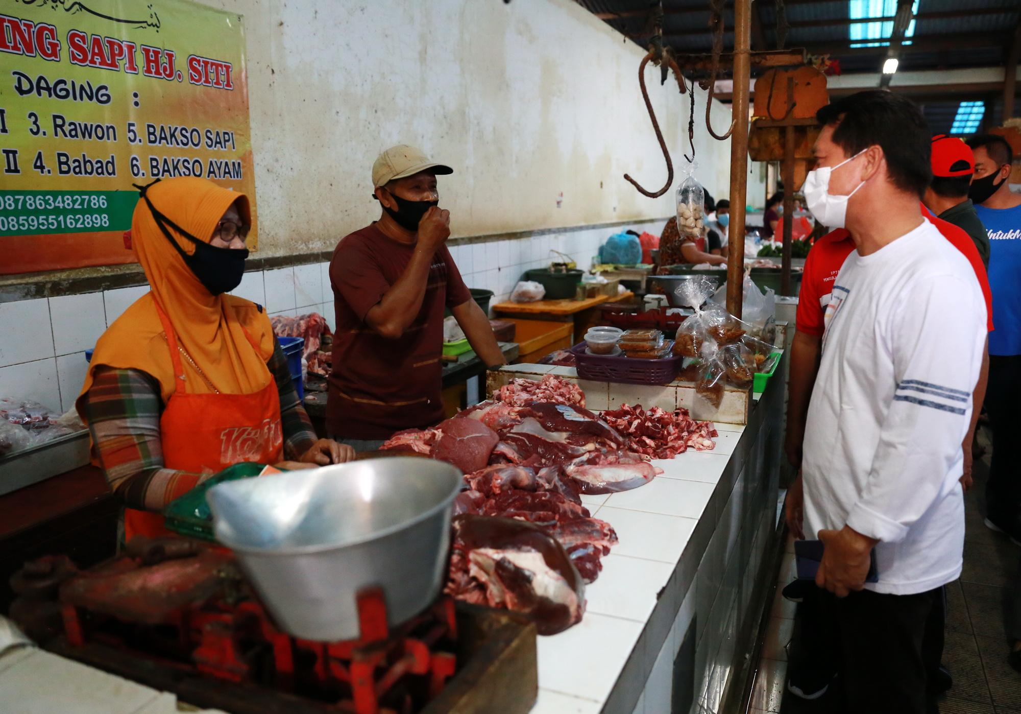 BUPATI Suwirta melakukan monitoring ke Pasar Umum Galiran, Minggu (11/4/2021). Foto: ist