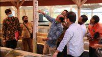 BUPATI Suwirta mengunjungi Balai Besar Riset Budidaya Laut dan Penyuluhan Perikanan di Dusun Gondol, Desa Penyabangan, Gerokgak, Buleleng, Sabtu (17/4/2021). Foto: ist