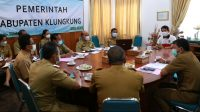 BUPATI Suwirta memimpin rapat terkait keikutsertaan Pemkab Klungkung dalam kompetisi Sistem Inovasi Pelayanan Publik (Sinovik) tahun 2021 di ruang rapat Bupati Klungkung, Senin (19/4/2021). Foto: ist