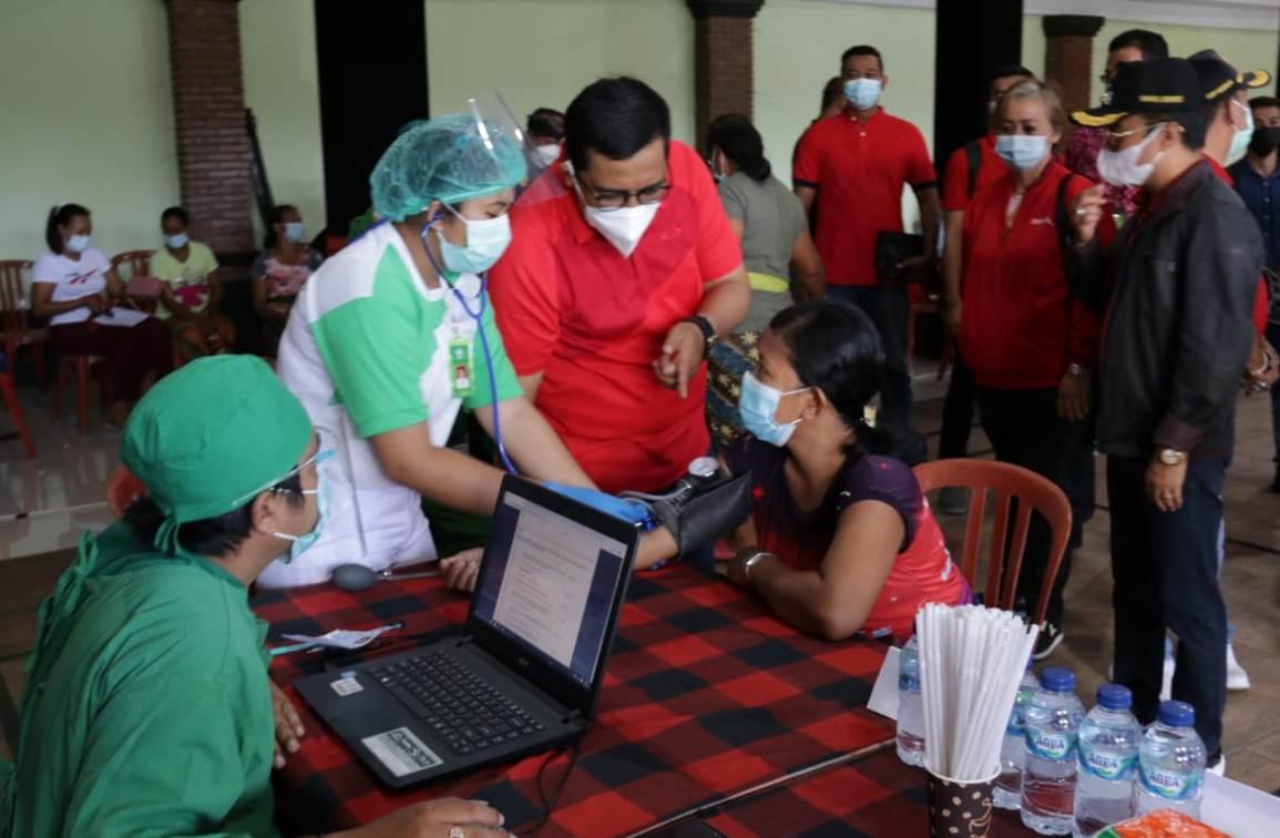 BUPATI Tabanan, I Komang Gede Sanjaya, saat meninjau pelaksanaan vaksinasi massal serentak di beberapa zona hijau di Tabanan, Jumat (16/4/2021). Foto: ist