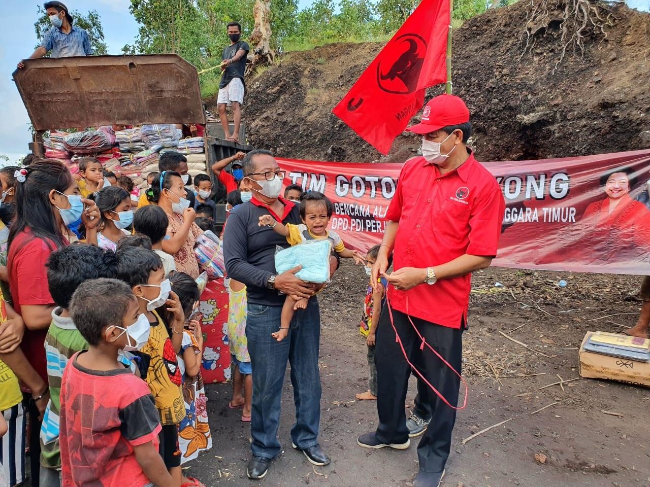 DEWA Made Mahayadnya (kanan) bersama Cokorda Gede Agung saat menyalurkan bantuan ke warga terdampak bencana di NTT. Foto: ist