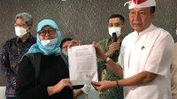DESAK Made Darmawati didampingi Ketua PHDI Pusat, Mayjen TNI Purnawirawan, Wisnu Bawa Tenaya memperlihatkan surat pernyataan permohonan maaf bermeterai 10.000 seusai dibacanya di Gedung Lapangan Tembak Kesatrian Kopassus Cijantung, Jakarta Selatan, Sabtu (17/4/2021) malam. Foto: ist