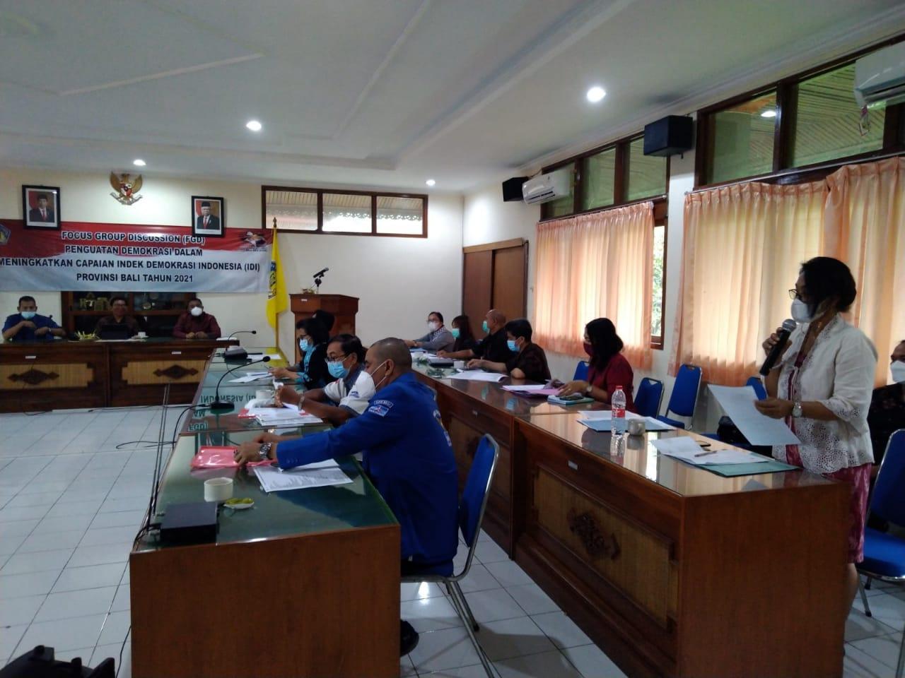 FGD membahas penguatan demokrasi dalam meningkatkan indeks demokrasi Indonesia Provinsi Bali tahun 2021, di kantor Kesbangpolinmas Bali, Selasa (6/4/2021). Foto: ist