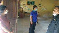 KETUA Fraksi Golkar, I Nyoman Sumadi, meninjau kondisi salah satu bangunan SDN Ulakan yang atapnya rusak. Foto: ist