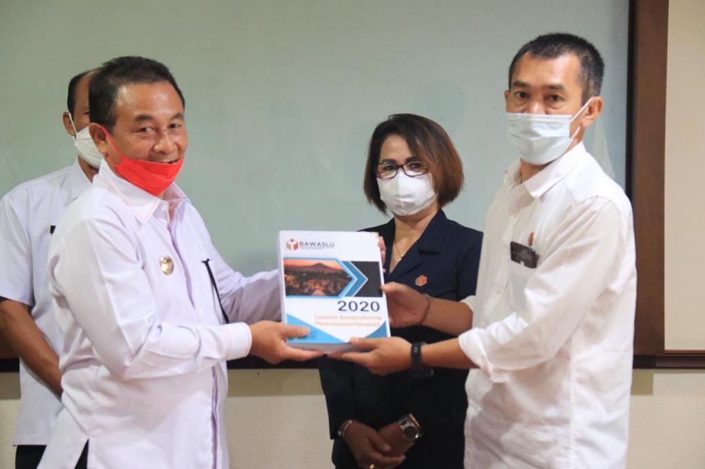 BUPATI I Gede Dana menerima hasil pengawasan Pilkada Karangasem dari Ketua KPU Karangasem, I Putu Gede Suastrawan, didampingi Ketua Bawaslu Bali, Ketut Ariyani. Foto: hen