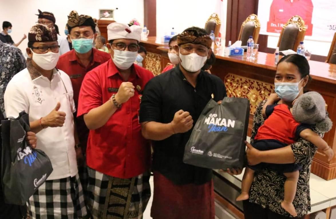 BUPATI Tabanan, I Komang Gede Sanjaya, menyerahkan secara simbolis bantuan paket gemarikan kepada beberapa perwakilan masyarakat Tabanan, di Ruang Rapat Lantai III Kantor Bupati Tabanan, Kamis (29/4/2021). Foto: ist