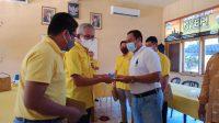 KETUA DPD Partai Golkar Buleleng, IGK Kresna Budi, saat menyerahkan SK kepada salah satu ketua PK Golkar. Foto: rik