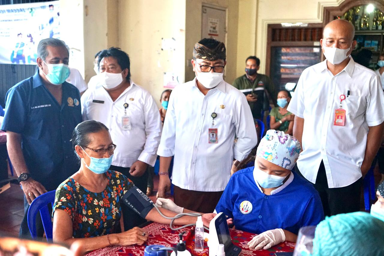 Wawali Arya Wibawa Tinjau Vaksinasi Jemput Bola di Desa Dangin Puri Kaja