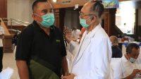 BUPATI JEMBRANA, I Nengah Tamba, bersama rohaniawan di sela-sela vaksinasi tahap dua di Jembrana, Jumat (16/4/2021). Foto: ist