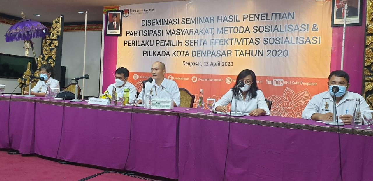 KETUA KPU Denpasar, I Wayan Arsajaya, saat membuka diseminasi hasil riset Pilkada Denpasar 2020. Menurutnya, partisipasi masyarakat menjadi tanggung jawab kolektif semua pihak. Foto: hen