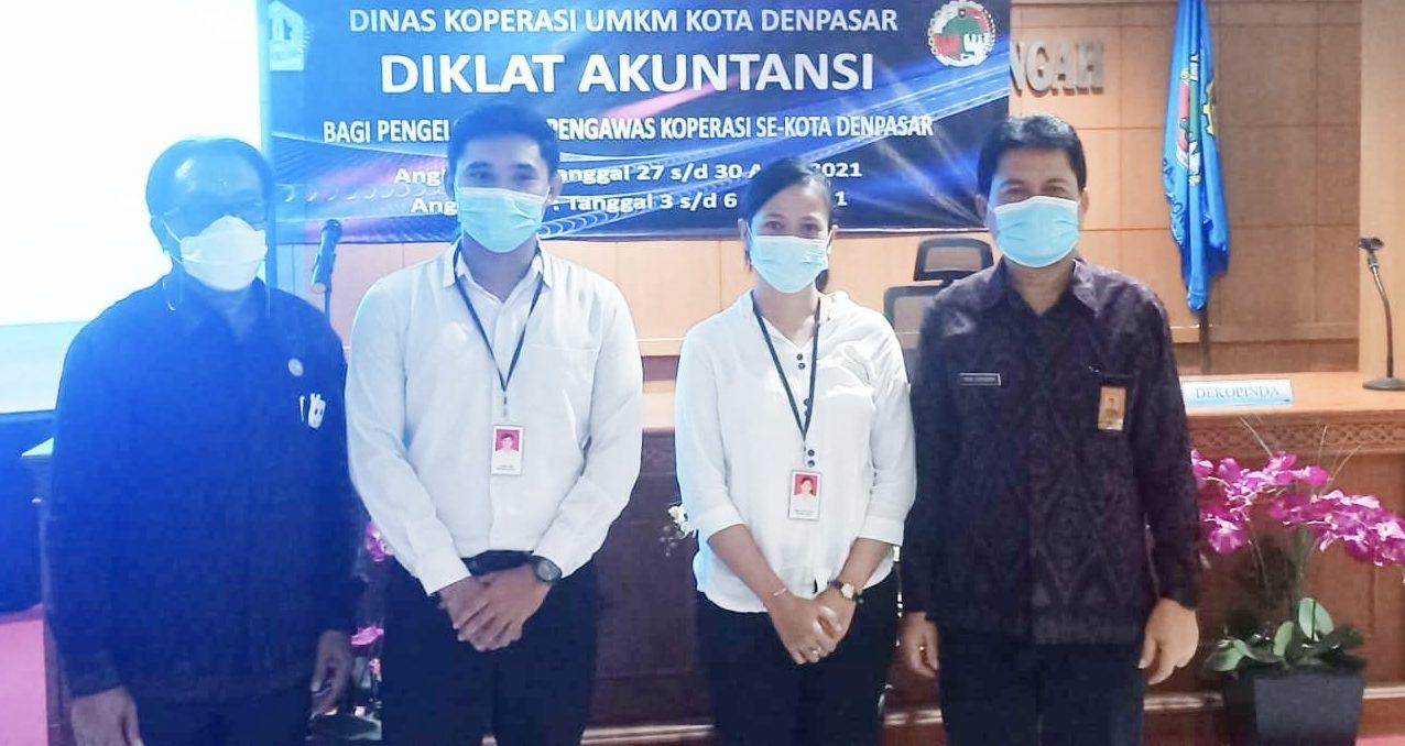 KADIS Koperasi dan UMKM Kota Denpasar, Made Erwin Suryadarma (kanan) foto bersama Ketua Dekopinda Denpasar, Wayan Mudana (kiri) dan peserta diklat akuntansi koperasi di Aula Kantor Diskop UMKM Denpasar, Selasa (24/4/2021). Foto: ist